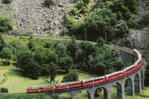 Der Bernina Express auf dem Kreisviadukt in Brusio. Bild: Christof Sonderegger