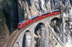 Berninaexpress_auf_dem_Landwasser_Viadukt